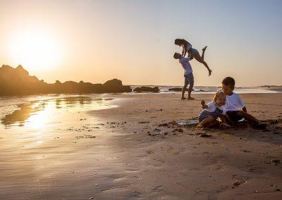 sesion de fotos en la playa de costa ballena, momentos especiales en familia